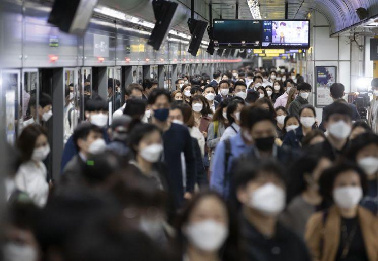 서울 광화문역에서 시민들이 마스크를 착용한 채 역을 나서고 있다. 사진=연합뉴스