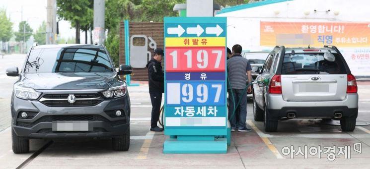 전국 주유소 휘발유 가격이 16주 연속 하락세를 이어가고 있다. 17일 서울 수색역 인근 주유소에서 휘발유가 1197원, 경유가 997원에 판매되고 있다. /문호남 기자 munonam@