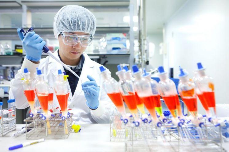 SK바이오사이언스 연구원이 백신 생산을 위한 연구를 진행하고 있다.<SK케미칼 제공>