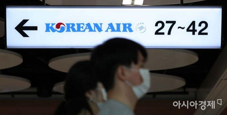 18일 서울 강서구 김포공항 국내선 청사 대한항공 체크인 카운터에서 승객들이 마스크를 쓰고 있다. 대한항공은 신종 코로나바이러스 감염증(코로나19) 확산 방지를 위해 오늘부터 국내선 탑승객의 마스크 착용 의무화를 시행한다. /문호남 기자 munonam@