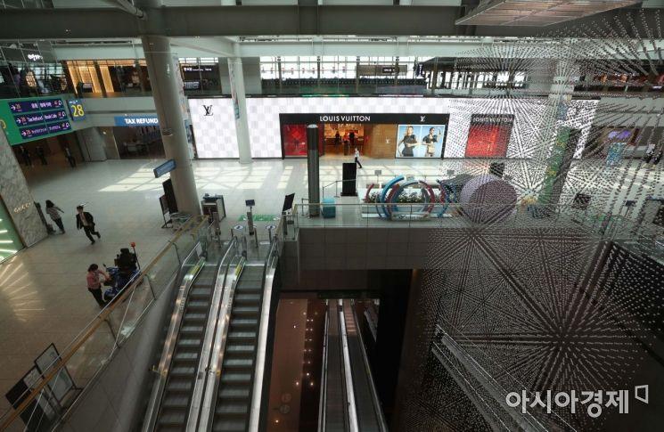 18일 인천국제공항 1터미널 면세점이 신종 코로나바이러스 감염증(코로나19) 여파로 썰렁하다. /문호남 기자 munonam@