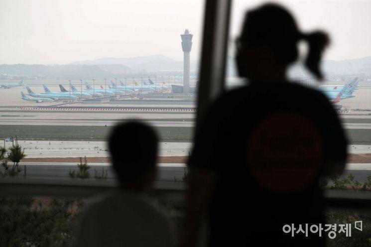 인천국제공항 전망대를 찾은 시민들이 공항에 멈춰 선 항공기들을 바라보고 있다. /문호남 기자 munonam@