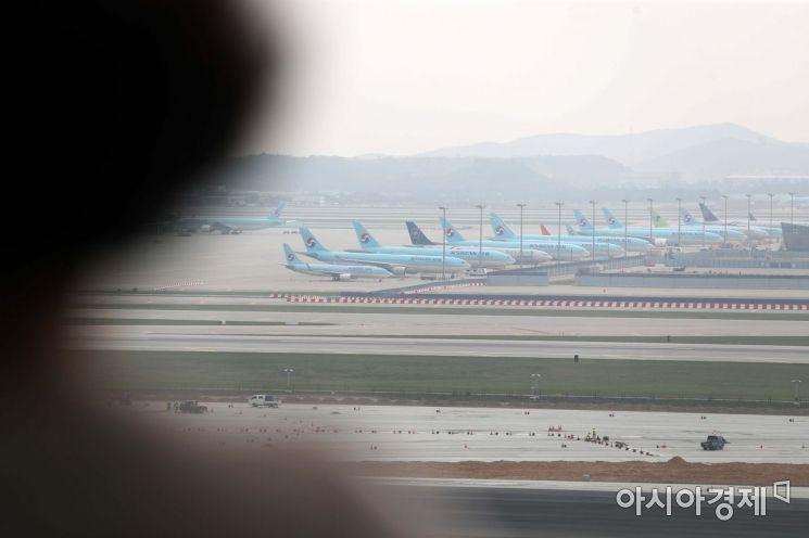 신종 코로나바이러스 감염증(코로나19) 직격탄을 맞은 항공업계에서 감원 칼바람이 불고 있는 18일 인천국제공항 전망대를 찾은 시민들이 공항에 멈춰 선 항공기들을 바라보고 있다. /문호남 기자 munonam@