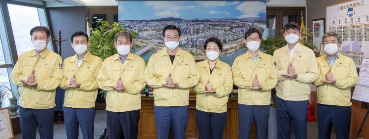 [포토]성장현 용산구청장 간부 공무원들과 함께 '덕분에 챌린지' 퍼포먼스 참여