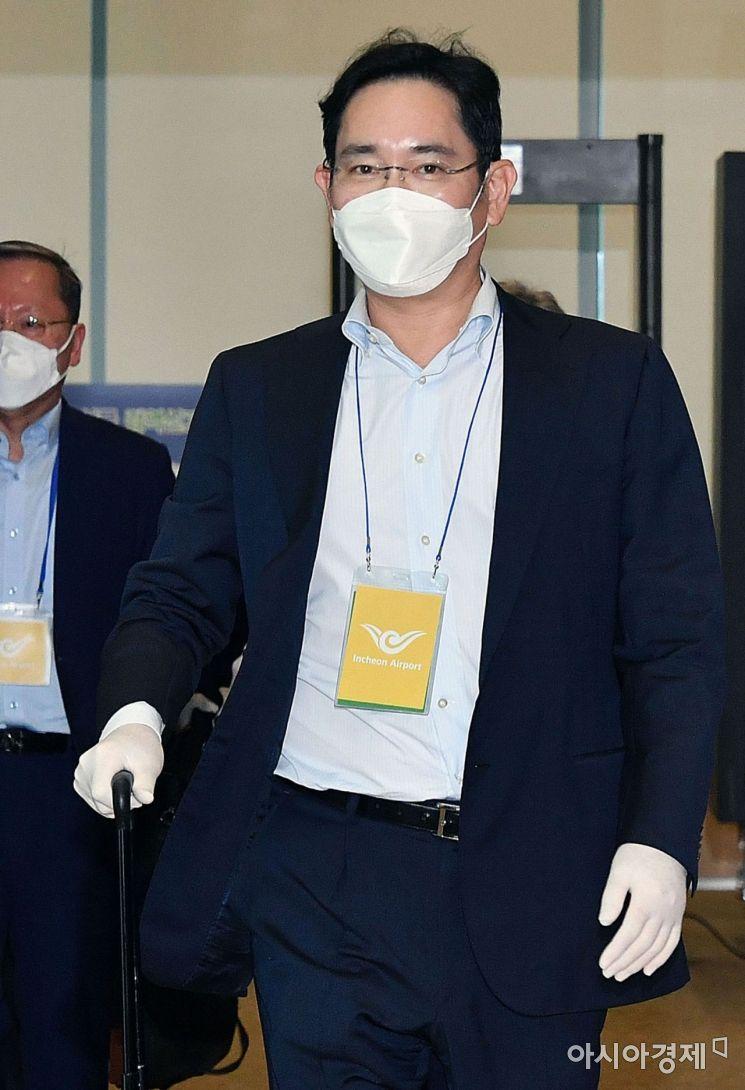 코로나19) 사태 이후 첫 중국 출장을 마친 이재용 삼성전자 부회장이 19일 서울 김포비즈니스항공센터(SGBAC)를 통해 귀국하고 있다. /문호남 기자 munonam@