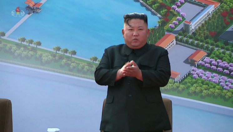 북한 김정은 국무위원장이 노동절(5·1절)이었던 지난 1일 순천인비료공장 준공식에 참석했다고 조선중앙TV가 2일 보도했다. 김 위원장이 준공식 현장에서 손뼉을 치고 있다.