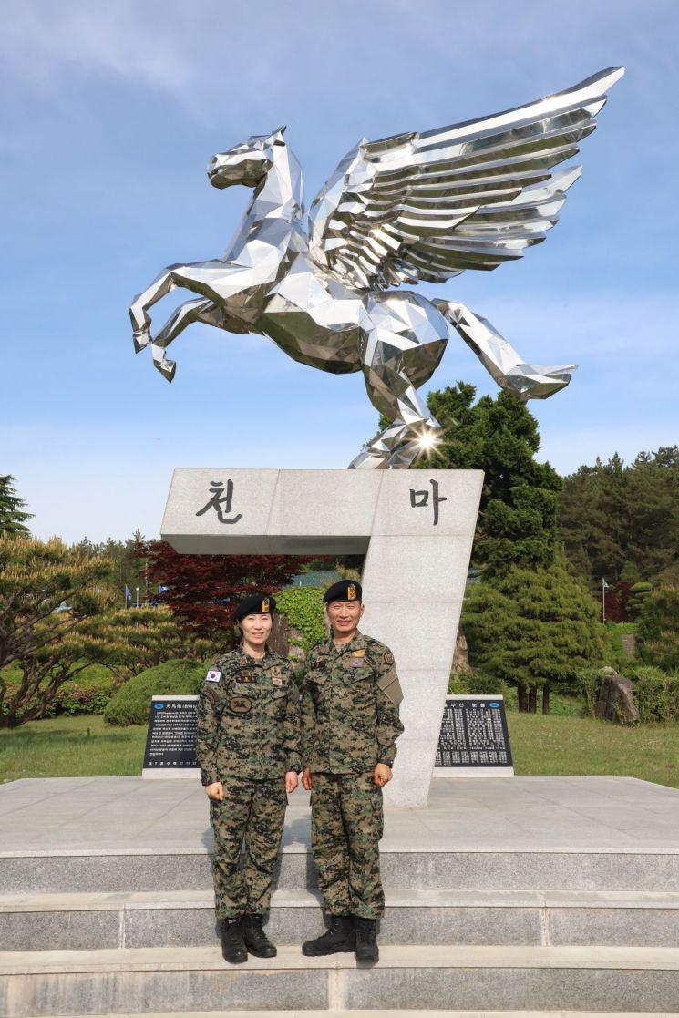 육군 특수전사령부 천마부대 김임수 원사(남편.사진 오른쪽)과 박철순 원사