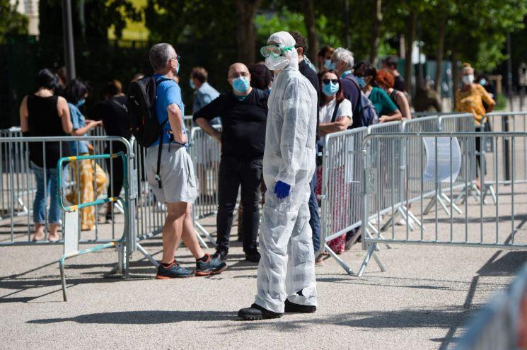 지난 5월 프랑스 마르세유의 한 병원 밖에서 교직원들이 신종 코로나바이러스 감염증(코로나19) 검사를 기다리고 있다. [이미지출처=AFP연합뉴스]
