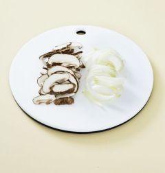 3. 생표고버섯은 납작하게 썰고 양파는 채 썰어 팬에 기름을 두르고 각각 볶아서 소금으로 간을 한다.