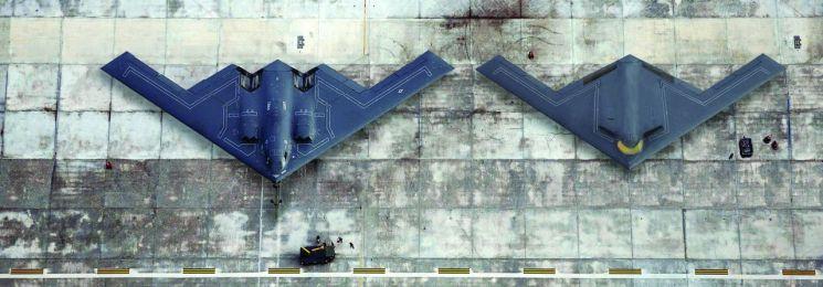 현재 미 공군이 운용하고 있는 B-2 전략폭격기(사진 왼쪽)와 미국의 신형 전략폭격기인 B-21 레이더(Rader.사진 오른쪽)
