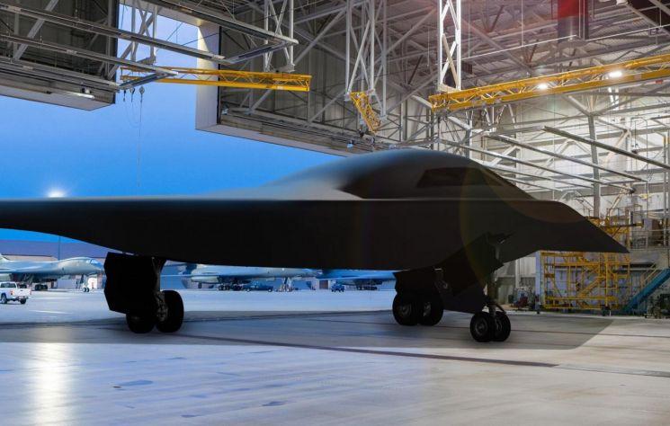 베일 벗는 미국의 신형 전략폭격기 B-21