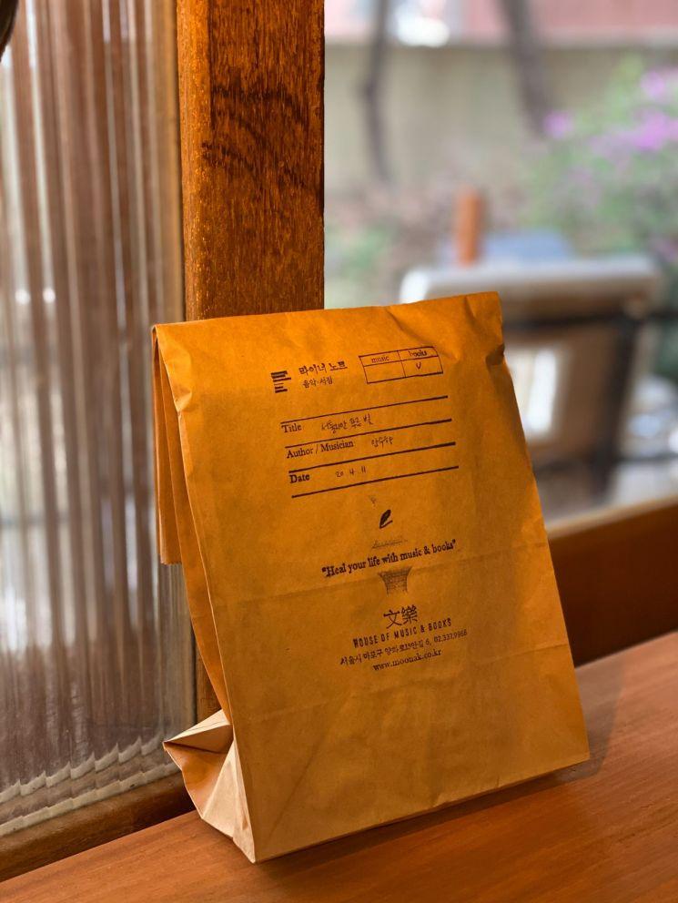 '라이너노트'의 책 포장지. 이곳에서는 대형 스탬프를 찍은 빵 봉지에 책을 담아 준다. 사진=페이지터너