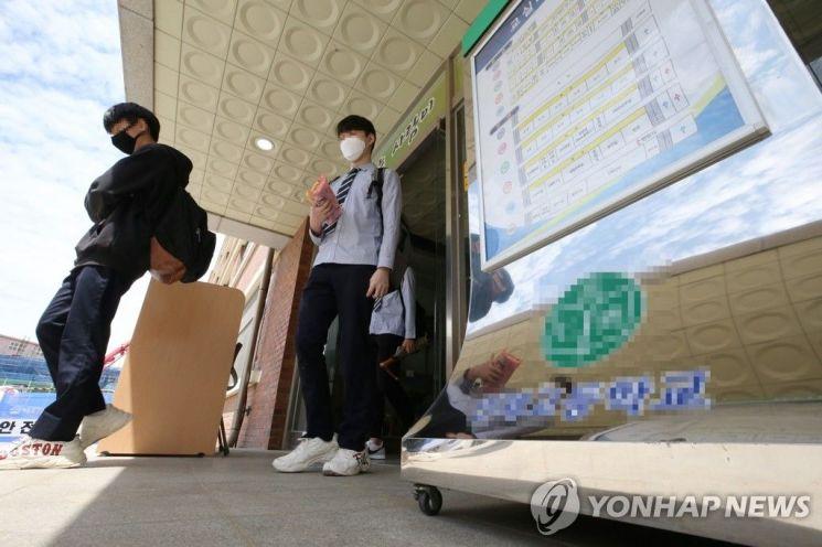 등교 첫날 귀가하는 인천 고3 학생들 [사진=연합뉴스]