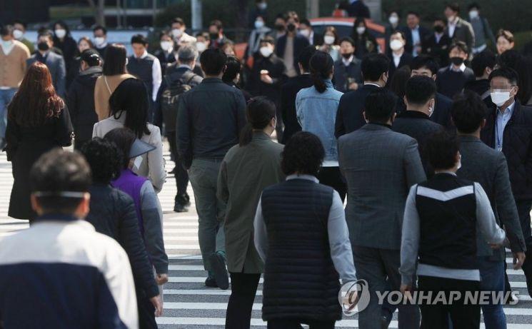 직장인들이 발걸음을 재촉하고 있다/사진=연합뉴스