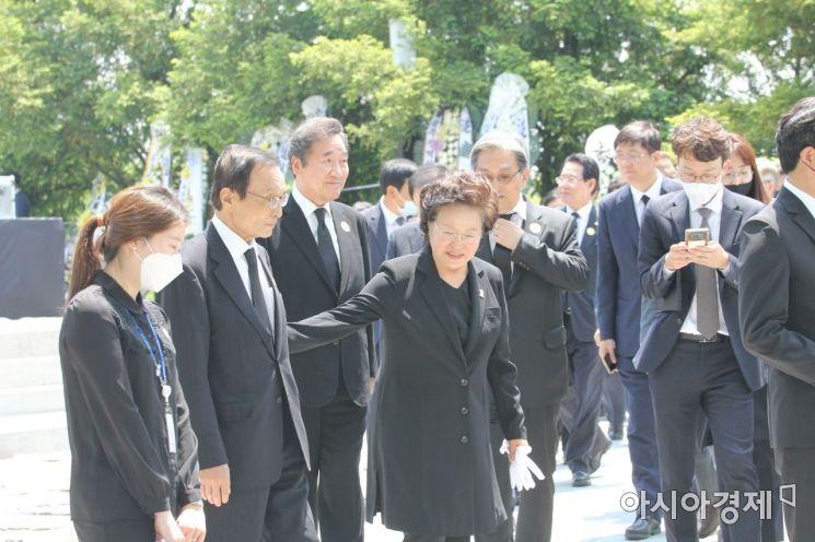 노무현 대통령 서거 11주기 추도식을 마치고 권양숙 여사와 주요인사들이 함께 인사하고 있다.