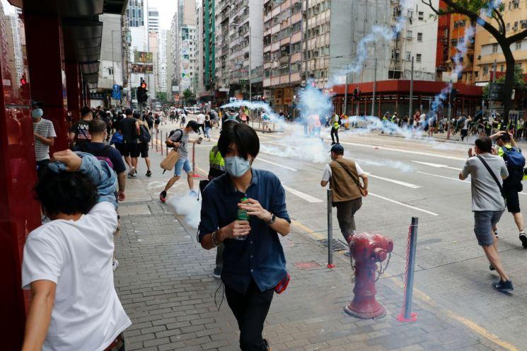 24일 중국의 홍콩 국가보안법 추진에 반대하는 홍콩 시민들 향해 경찰이 발사한 최루탄이 날아들고 있다. [이미지출처=로이터연합뉴스]