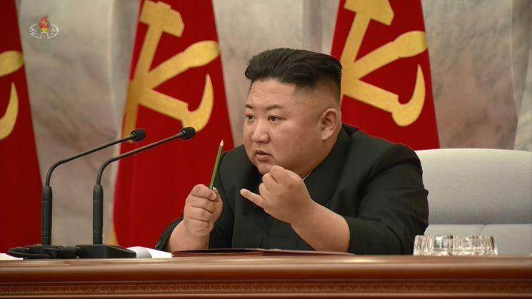 북한은 김정은 국무위원장이 주재한 가운데 당 중앙군사위원회 제7기 제4차 확대회의를 열었다고 조선중앙TV가 지난달 24일 보도했다. 한 손에 연필을 쥔 김정은 위원장이 손가락으로 숫자를 세며 설명하고 있다.