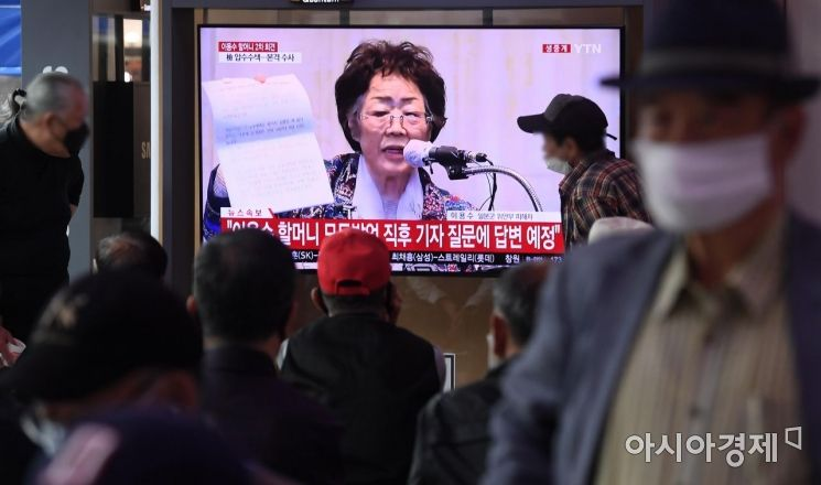 25일 서울역 대합실에서 시민들이 위안부 피해자 이용수 할머니의 2차 기자회견 생중계를 바라보고 있다./김현민 기자 kimhyun81@