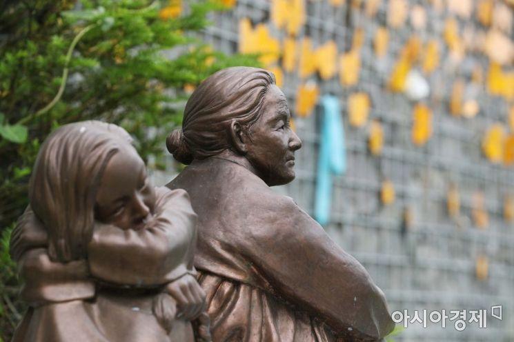 일본군 위안부 피해자 이용수 할머니의 2차 기자회견이 열린 25일 경기도 광주시 나눔의 집 추모공원에 조각상이 세워져 있다. /문호남 기자 munonam@