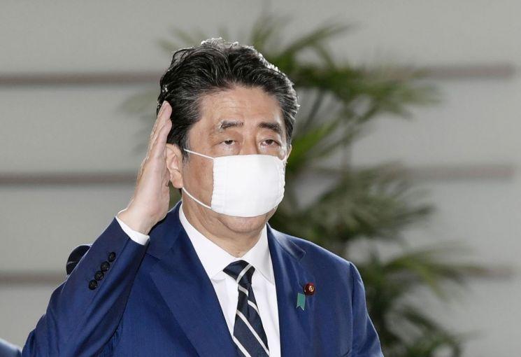 아베 신조 일본 총리가 25일 오전 마스크를 착용하고 일본 총리관저에 들어가고 있다. [이미지출처=연합뉴스]