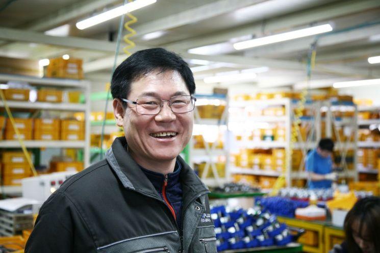 노창환 코사플러스 대표가 경기 시흥 소재  본사 밸브개폐기 생산라인에서 활짝 웃고 있다.