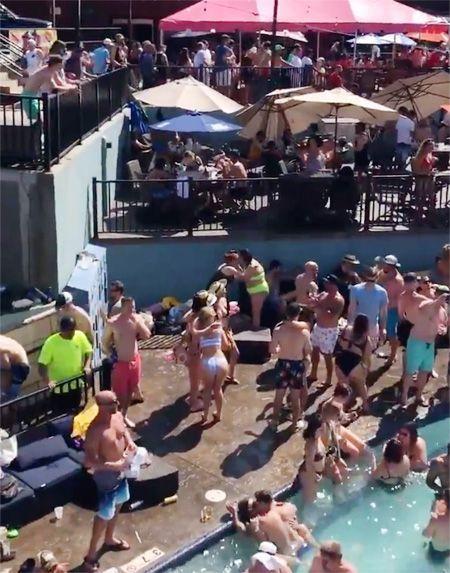 지난 23일(현지시간) 미국 미주리주 '오자크 호수' 인근 수영장에서 열린 파티에 수십명의 인파가 몰렸다. / 사진=트위터 캡처