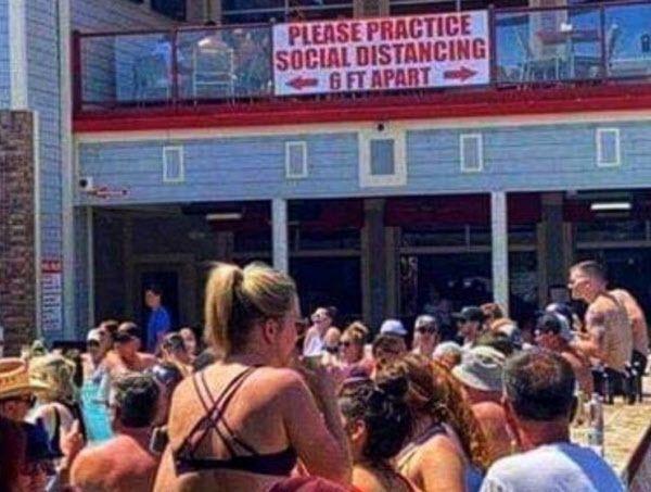 오자크 호수에 모인 관광객들이 사회적 거리두기 안내문 아래에 몰려 있다. / 사진=트위터 캡처