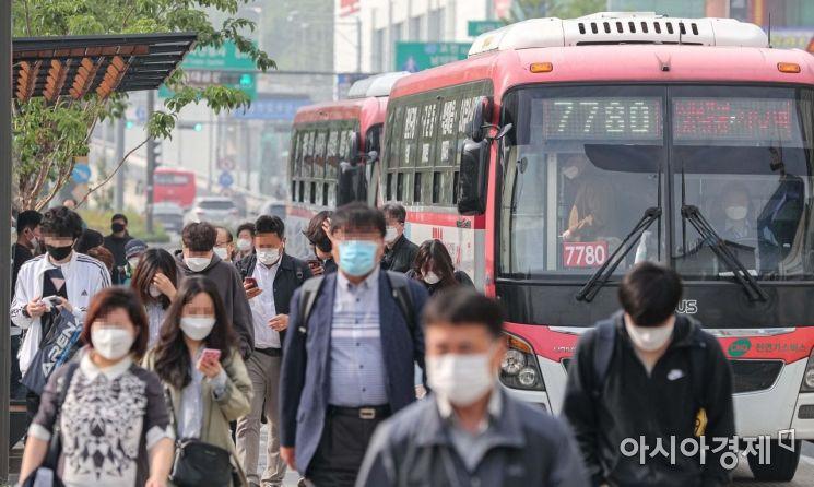 정부가 마스크를 쓰지 않은 시민들의 대중교통 이용을 제한하는 조치를 내린 26일 서울 사당역 버스정류장에서 시민들이 마스크를 착용한채 버스를 이용하고 있다./강진형 기자aymsdream@