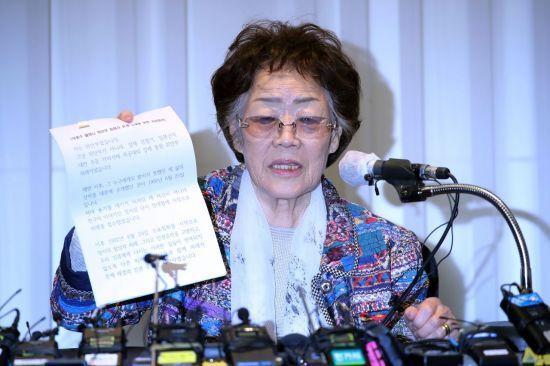 일본군 위안부 피해자 이용수(92) 할머니가 25일 오후 대구 수성구 만촌동 인터불고 호텔에서 기자회견을 하고 있다. [이미지출처=연합뉴스]