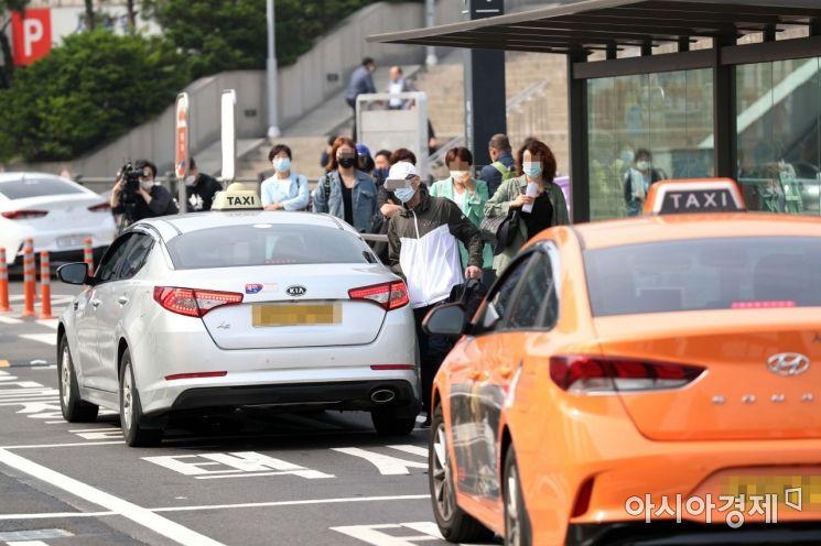 대중교통 마스크 착용 의무화 첫날인 26일 서울역 앞에서 마스크를 쓴 시민들이 택시를 타고 있다. /문호남 기자 munonam@