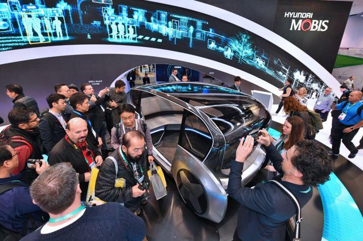 > 올해 초 미국 라스베이거스에서 열린 세계 최대 가전ㆍIT 박람회 CES 2020에서 현대모비스가 공개한 전기차 공유 콘셉트 '엠비전S'을 관람객들이 에워싼 모습/사진=현대모비스