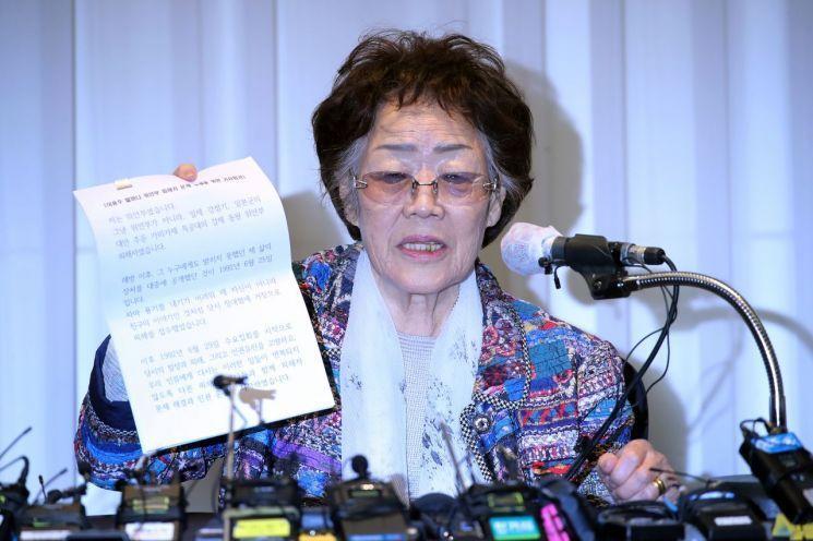일본군 위안부 피해자인 여성인권운동가 이용수 할머니가 25일 오후 대구 수성구 만촌동 인터불고 호텔에서 기자회견을 하고 있다. / 사진=연합뉴스