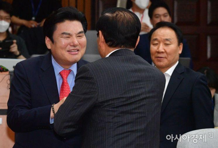 [포토] 당선자들과 인사 나누는 원유철 대표