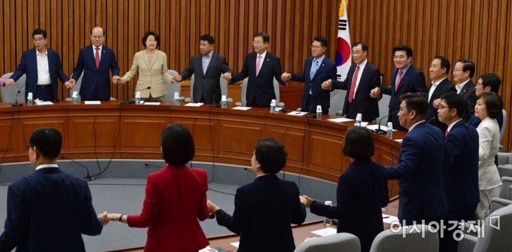 [포토] 손 맞잡은 미래한국당 국회의원·당선자