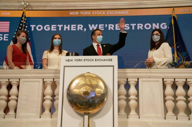 앤드루 쿠오모 뉴욕주지사가 두달만에 오프라인 객장을 열은 뉴욕증권거래소에서 오프닝벨 행사에 참석하고 있다. [이미지출처=로이터연합뉴스]
