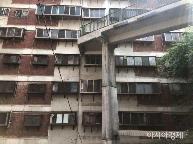 10층 규모의 아파트지만, 엘리베이터는 없다. 대신 아파트 두 곳에 구름다리를 두어 6층과 7층으로 직접 진입할 수 있도록 했다.사진=강주희 인턴기자 kjh818@asiae.co.kr