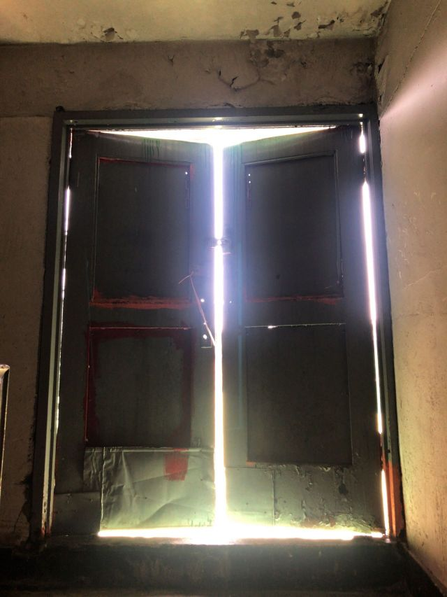 옥상으로 향하는 문. 외부 빛이 어두운 복도로 스며들어 인상 깊은 모습을 보인다. 옥상으로 향하는 문은 잠금 상태를 유지하고 있다. 사진=강주희 인턴기자 kjh818@asiae.co.kr