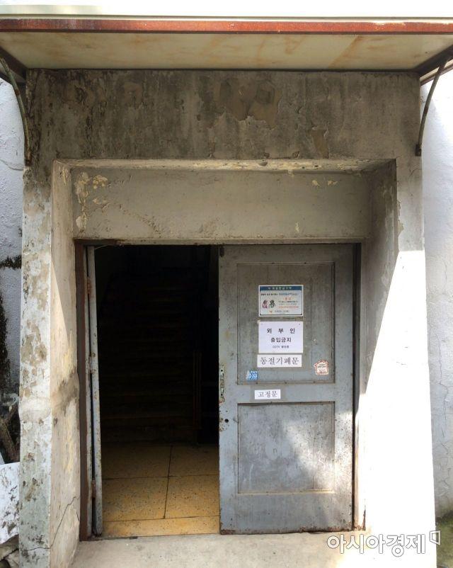 아파트 내부로 향하는 한 출입문.사진=강주희 인턴기자 kjh818@asiae.co.kr