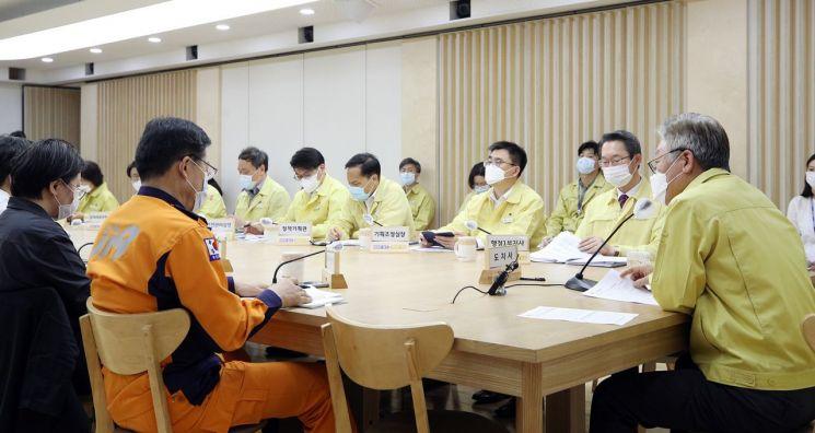 이재명 경기도지사가 코로나19 대응 긴급방역점검회의를 주재하고 있다