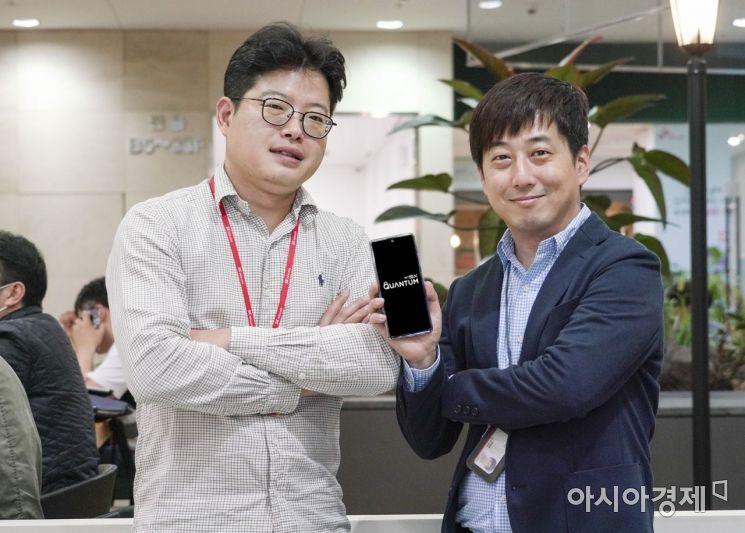 세계 최초 양자암호 5G 스마트폰 갤럭시A퀀텀 개발에 참여한 엄우현 SK텔레콤 퀀텀성장추진팀 매니저(왼쪽)와 조승현 스마트디바이스본부 PM팀 매니저(오른쪽). 엄 매니저는 양자난수생성기(QRNG) 칩을 개발했고 조 매니저는 삼성전자와 협력해 QRNG 칩을 스마트폰에 적용하는 업무를 맡았다.