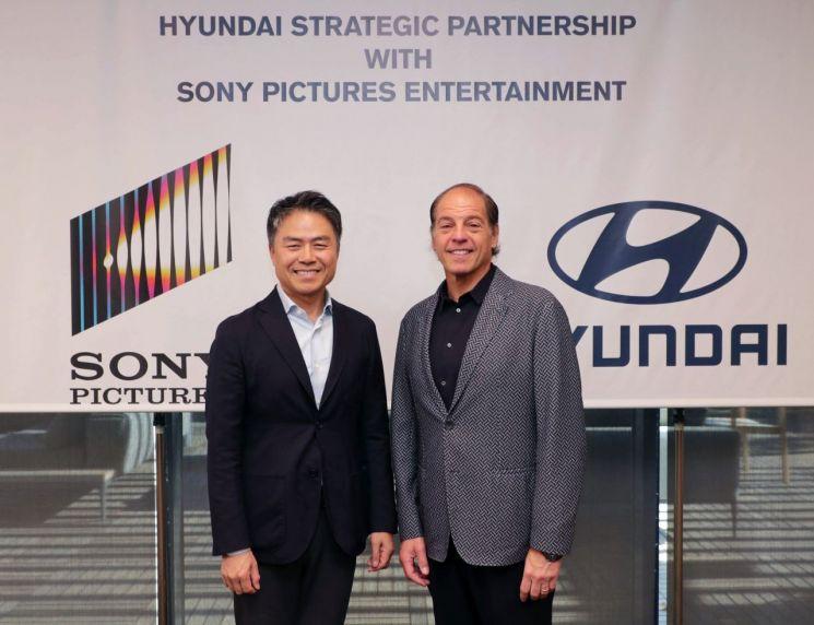 (왼쪽부터) 조원홍 현대자동차 고객경험본부장 부사장, 제프리 고드식 소니 픽처스 엔터테인먼트 글로벌 파트너십 담당 부사장이 기념 촬영을 하고 있다./사진=현대차