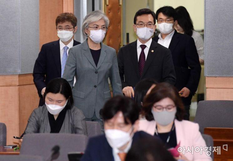 [포토] 회의장 들어서는 강경화 외교장관