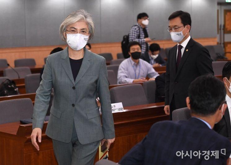 [포토] 외교전략조정 통합분과회의 참석하는 강경화 장관