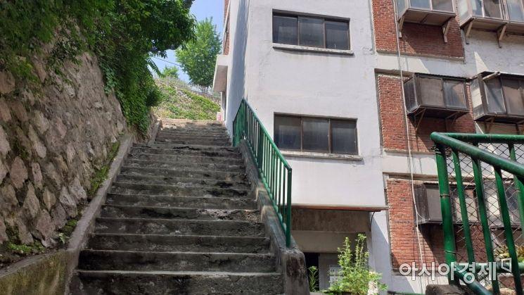 아파트 측면에 위치한 계단. 산자락에 위치해, 계단 높이가 가파르다. 사진=강주희 인턴기자 kjh818@asiae.co.kr