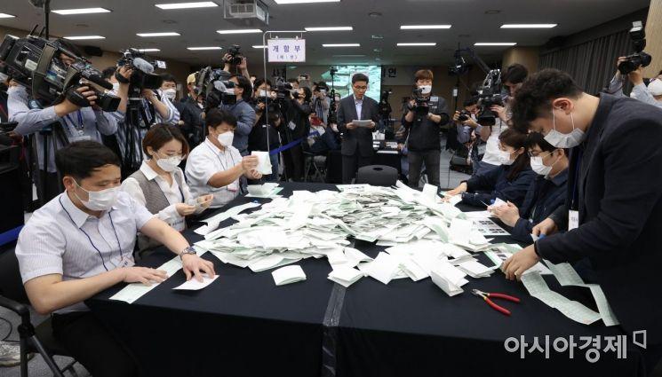 지난해 5월28일 오후 경기도 과천시 중앙선거관리위원회 대회의실에서 언론을 상대로 사전투표 투개표 및 개표 과정 공개 시연회가 열리고 있다./김현민 기자 kimhyun81@