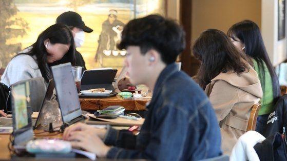 코로나19 확산 예방을 위해 서울 주요대학이 온라인 강의를 실시한 가운데 서울 마포구 홍익대학교 인근 한 카페에서 대학생 및 시민들이 시간을 보내고 있다. [이미지출처=연합뉴스]