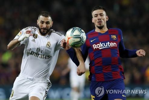 엘 클라시코 더비에서 레알 마드리드 카림 벤제마(왼쪽)와 바르셀로나 클레망 랑글레(오른쪽)가 경합하고 있다. 사진=연합뉴스