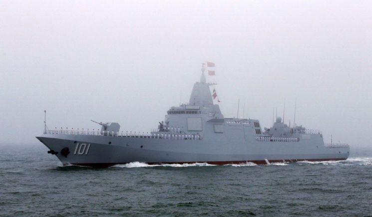 한중일 구축함 가운데 최대 크기 자랑 055형 유도탄 구축함001 만재 배수량 1만 2000톤에서 1만3000톤으로 추정되는 중국해군의 055형 유도탄 구축함은 한중일이 보유한 구축함 가운데 가장 큰 크기를 자랑한다. 사진=중국 국방부