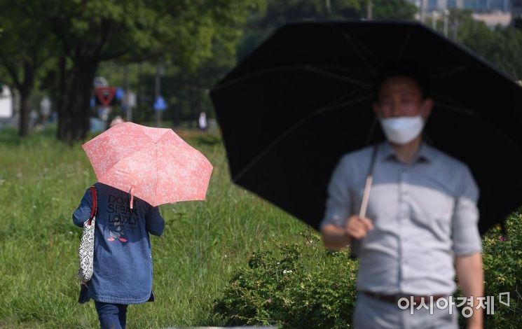 [포토] '양산이 필요한 날씨'