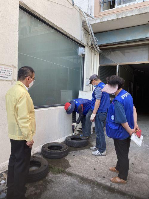 광주 남구, 유충 서식지 제거 위한 '폐타이어 천공 작업' 실시